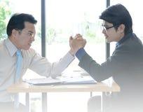 Βραχίονας-πάλη δύο επιχειρηματιών στοκ φωτογραφία με δικαίωμα ελεύθερης χρήσης