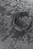 Βραχιόλι ικανότητας σε ένα μαύρο υπόβαθρο πλακών με τις πτώσεις του νερού Στοκ φωτογραφία με δικαίωμα ελεύθερης χρήσης