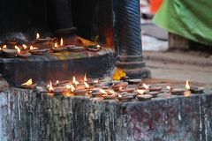 Βραχιόλι ναών της Ινδίας με το κόκκινο ύφασμα στοκ εικόνες