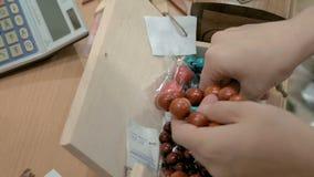 Βραχιόλια που γίνονται από τις ξύλινες χάντρες κατάλληλες για όλες φιλμ μικρού μήκους