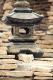 Βραχιόλι από τα μαργαριτάρια στις πέτρες στοκ εικόνα