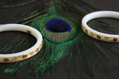 Βραχιόλι για τον καρπό φιαγμένο από conch-Shell Conch-βραχιόλι δύο στο μάτι φτερών peacock Στοκ Εικόνα