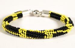 Βραχιόλι μαργαριταριών κίτρινος και μαύρος Στοκ Εικόνες
