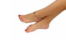 Βραχιόλι σε ένα θηλυκό πόδι στοκ φωτογραφία με δικαίωμα ελεύθερης χρήσης