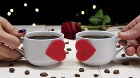 βραδιού περιμένοντας γυναίκες ηλιοβασιλέματος ανδρών ρομαντικές Ζεύγος των ανθρώπων ερωτευμένων Φλιτζάνι του καφέ φιλμ μικρού μήκους