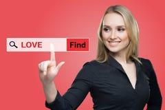 Βρείτε τη λέξη αγάπης κόκκινο εικονικό να αγγίξει οθόνης από την επιχειρησιακή γυναίκα Στοκ Εικόνες