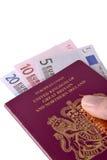 Βρετανικά διαβατήριο και ευρώ Στοκ Φωτογραφία