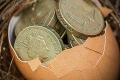 Βρετανικά νομίσματα λιβρών με τη φωλιά πουλιών Στοκ Φωτογραφία