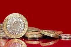 Βρετανικά νομίσματα πέρα από το φωτεινό κόκκινο υπόβαθρο Στοκ φωτογραφίες με δικαίωμα ελεύθερης χρήσης