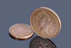 Βρετανικά νομίσματα χαλκού στο σκοτεινό υπόβαθρο Στοκ εικόνες με δικαίωμα ελεύθερης χρήσης