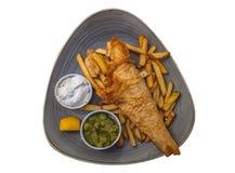 Βρετανικά παραδοσιακά ψάρια και τσιπ με τα πολτοποίηση μπιζέλια, σάλτσα ταρτάρου στοκ εικόνες