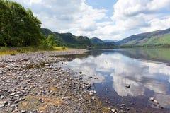 Βρετανική περιοχή λιμνών σε Cumbria UK στο νερό Derwent το καλοκαίρι μια ήρεμη ημέρα με το μπλε ουρανό και τα άσπρα σύννεφα Στοκ εικόνα με δικαίωμα ελεύθερης χρήσης