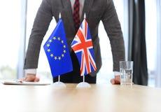 Βρετανική σημαία και σημαία της Ευρωπαϊκής Ένωσης με τον επιχειρηματία πλησίον κοντά Brexit Στοκ φωτογραφία με δικαίωμα ελεύθερης χρήσης