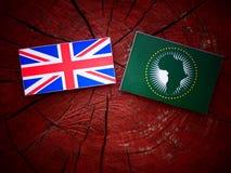 Βρετανική σημαία με την αφρικανική σημαία ένωσης σε ένα κολόβωμα δέντρων Στοκ Φωτογραφίες