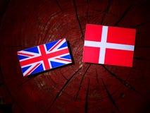 Βρετανική σημαία με τη δανική σημαία σε ένα κολόβωμα δέντρων που απομονώνεται Στοκ εικόνες με δικαίωμα ελεύθερης χρήσης