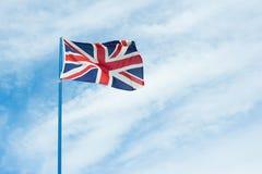 Βρετανική σημαία στο νεφελώδη ουρανό Στοκ Φωτογραφίες