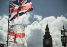 Βρετανική σημαία του Union Jack που φυσά στον αέρα Στοκ Εικόνα