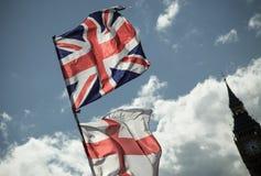 Βρετανική σημαία του Union Jack που φυσά στον αέρα Στοκ Φωτογραφίες