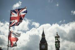 Βρετανική σημαία του Union Jack που φυσά στον αέρα Στοκ Εικόνες