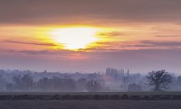 Βρετανικοί τομείς επαρχίας στο μουντό ηλιοβασίλεμα στοκ εικόνα