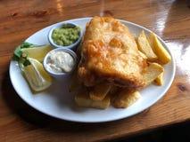 βρετανικός επιτραπέζιος παραδοσιακός ξύλινος πρόχειρων φαγητών ψαριών τσιπ στοκ εικόνες με δικαίωμα ελεύθερης χρήσης