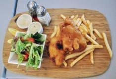 βρετανικός επιτραπέζιος παραδοσιακός ξύλινος πρόχειρων φαγητών ψαριών τσιπ Στοκ φωτογραφίες με δικαίωμα ελεύθερης χρήσης