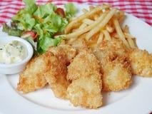 βρετανικός επιτραπέζιος παραδοσιακός ξύλινος πρόχειρων φαγητών ψαριών τσιπ Στοκ Εικόνα