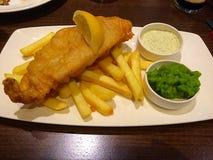 βρετανικός επιτραπέζιος παραδοσιακός ξύλινος πρόχειρων φαγητών ψαριών τσιπ Στοκ φωτογραφία με δικαίωμα ελεύθερης χρήσης
