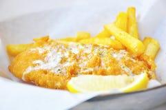 βρετανικός επιτραπέζιος παραδοσιακός ξύλινος πρόχειρων φαγητών ψαριών τσιπ Στοκ Φωτογραφίες