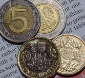 2 βρετανικός νόμισμα και 10 Zloty λιβρών δύο πέντε Zloty στο νόμισμα Α Στοκ εικόνες με δικαίωμα ελεύθερης χρήσης