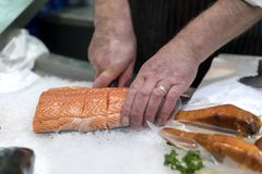Βρετανικός τεμαχισμός εμπόρων ψαριών, διακόσμηση με σειρήτι ή κοπή του φρέσκου slamon ο στοκ φωτογραφία με δικαίωμα ελεύθερης χρήσης