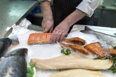 Βρετανικός τεμαχισμός εμπόρων ψαριών, διακόσμηση με σειρήτι ή κοπή του φρέσκου slamon ο στοκ εικόνα με δικαίωμα ελεύθερης χρήσης