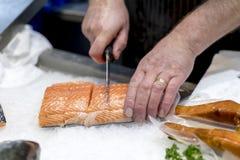 Βρετανικός τεμαχισμός εμπόρων ψαριών, διακόσμηση με σειρήτι ή κοπή του φρέσκου slamon ο στοκ εικόνες με δικαίωμα ελεύθερης χρήσης