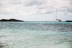 βρετανικό λεπτό νησιών νησιών φοινικών παραδείσου άμμου αμμώδες οβελών λευκό υδάτων δέντρων τυρκουάζ παρθένο Στοκ εικόνες με δικαίωμα ελεύθερης χρήσης