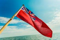 Βρετανικό κόκκινο ensign η βρετανική θαλάσσια σημαία που πετά από το γιοτ Στοκ φωτογραφία με δικαίωμα ελεύθερης χρήσης