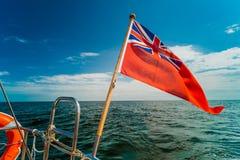 Βρετανικό κόκκινο ensign η βρετανική θαλάσσια σημαία που πετά από το γιοτ Στοκ εικόνες με δικαίωμα ελεύθερης χρήσης