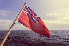 Βρετανικό κόκκινο ensign η βρετανική θαλάσσια σημαία που πετά από το γιοτ Στοκ φωτογραφίες με δικαίωμα ελεύθερης χρήσης
