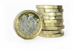 Βρετανικό νόμισμα λιβρών δίπλα σε έναν σωρό των νομισμάτων Στοκ εικόνα με δικαίωμα ελεύθερης χρήσης