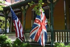 Βρετανοί και αμερικανικές σημαίες μέσα από του βικτοριανού σπιτιού Στοκ φωτογραφία με δικαίωμα ελεύθερης χρήσης