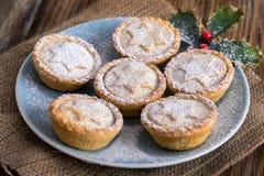 Βρετανοί κομματιάζουν τις πίτες για τα Χριστούγεννα Στοκ Φωτογραφίες