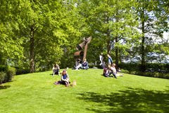 Βρετανοί που καταψύχουν επάνω στο πράσινο πάρκο Στοκ φωτογραφία με δικαίωμα ελεύθερης χρήσης