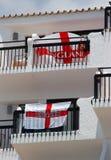 Βρετανοί στο πακέτο διακοπών επιδεικνύουν την αγγλική σημαία του ST George στοκ φωτογραφίες με δικαίωμα ελεύθερης χρήσης