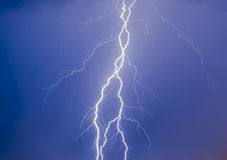 Βροντή στον μπλε νυχτερινό ουρανό Στοκ Εικόνες