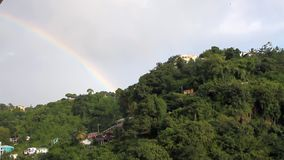 Βροχή και ουράνιο τόξο στους τροπικούς κύκλους Kingstown, Άγιος Vincent και Γρεναδίνες απόθεμα βίντεο