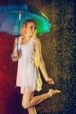 βροχή κοριτσιών κάτω Στοκ εικόνα με δικαίωμα ελεύθερης χρήσης