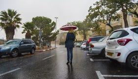 βροχή κοριτσιών κάτω Στοκ φωτογραφίες με δικαίωμα ελεύθερης χρήσης