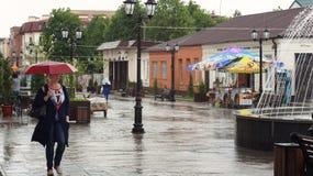 Βροχή Μαΐου στη για τους πεζούς οδό Nalchik Στοκ Εικόνες