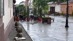 Βροχή Μαΐου στη για τους πεζούς οδό Nalchik στοκ φωτογραφίες