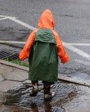 βροχή παιχνιδιού αγοριών Στοκ Φωτογραφία