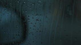 Βροχή που κυλά ένα ομιχλώδες παράθυρο αυτοκινήτων απόθεμα βίντεο